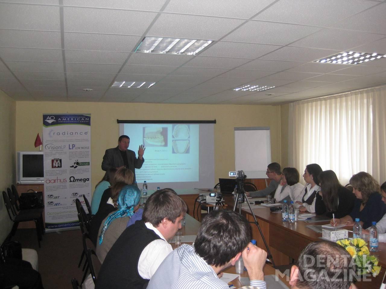 Валерий Анатольевич и сосредоточенная аудитория в работе.